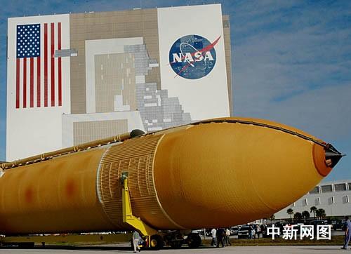 """美国""""发现""""号航天飞机的巨大外部燃料箱.(nasa图片)"""